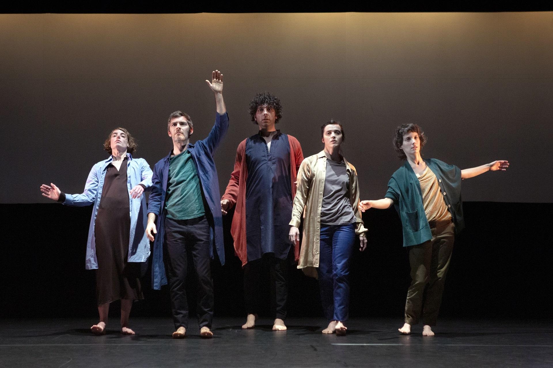 Cinq danseur soumettent leurs corps aux contrôles quotidiens dont nous faisons l'objet, tout en poursuivant leur idéal de liberté.
