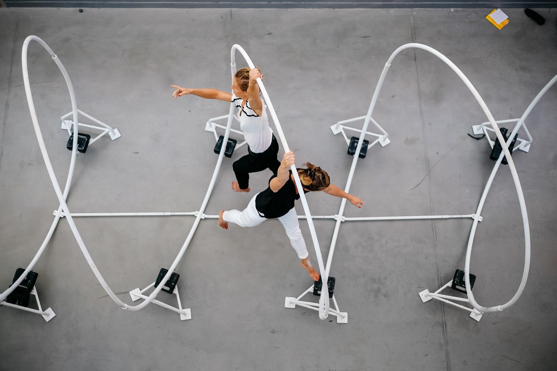 Un spectacle proposé par le théâtre d'Arles à l'occasion des Cirques Indisciplinés. Accompagnés par deux artistes, les enfants entrent dans un univers aux lignes courbes, entre sol et ciel.