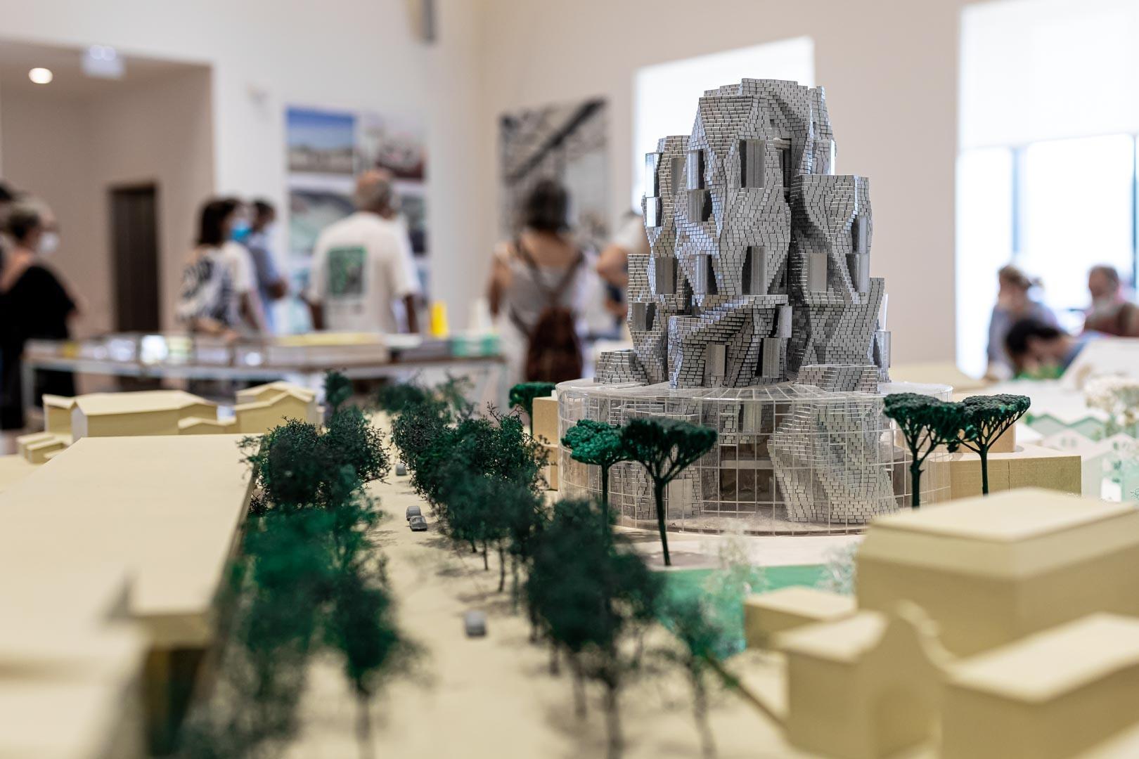 Venez découvrir l'histoire du Parc des Ateliers et le projet architectural et paysager porté par Luma Arles en suivant une visite commentée.