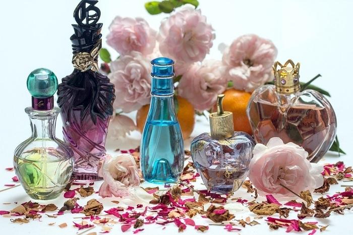 Exposition sur le thème des parfums .