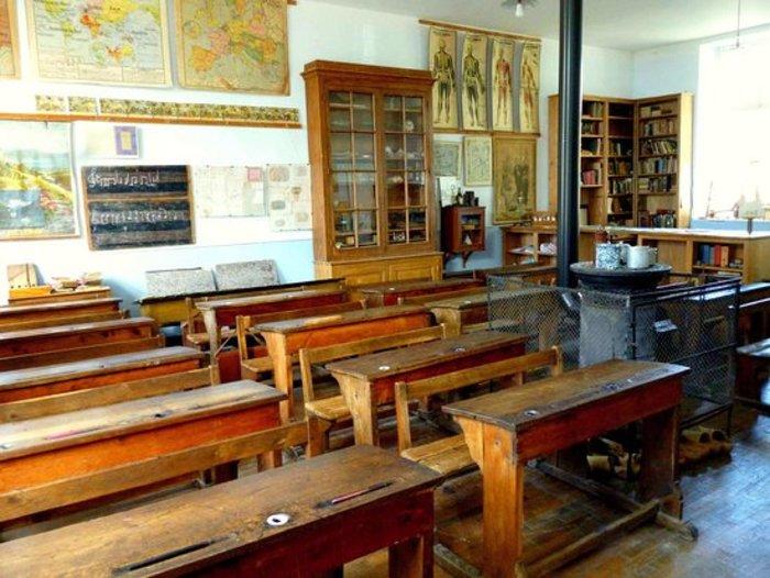 Journées du patrimoine 2020 - Exposition : Les écoles rurales et urbaines, reconstitution partielle d'une salle de classe.