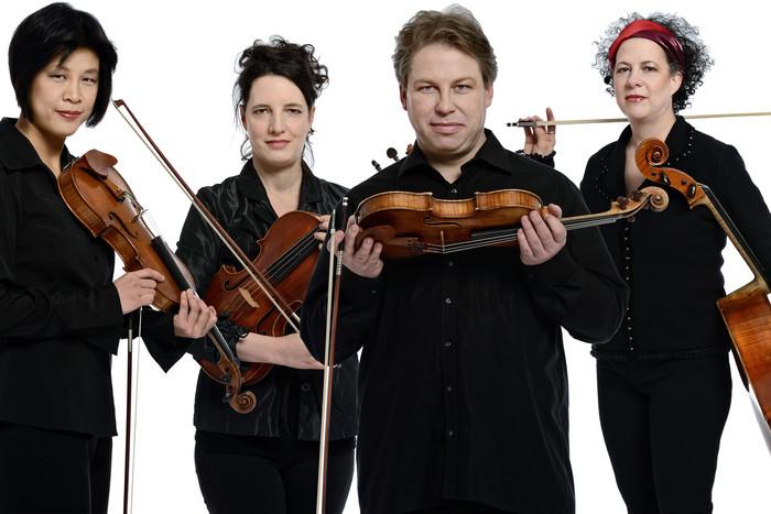 Fondé à Montréal en 1999, le Quatuor Bozzini œuvre dans les domaines des musiques nouvelles, expérimentales et classiques // L'ensemble UN fait figure de All-Stars de la musique improvisée française.