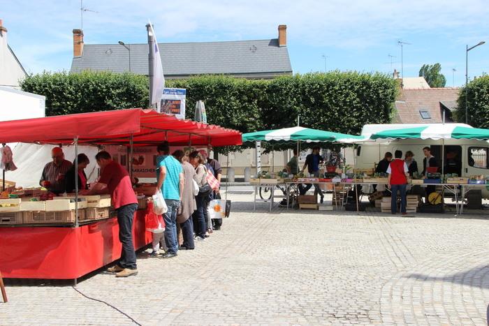 Un marché de village convivial, qui propose des stands essentiellement alimentaires.