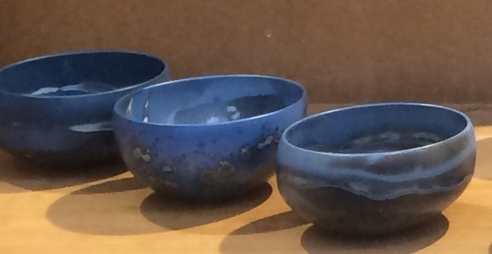 Un bol d'air, des bols d'air. Le bol est l'objet emblématique des potiers et céramistes. Un tel thème ne pouvait les laisser indifférents !.