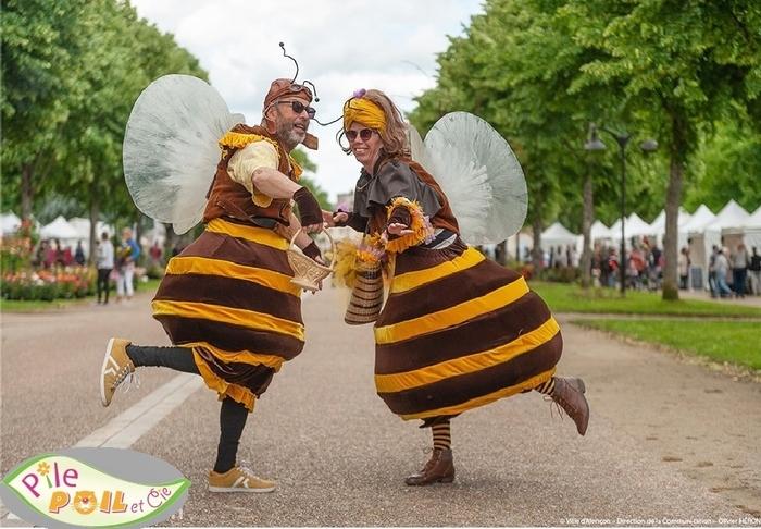 """Animation déambulatoire: d''incroyables abeilles géantes font leur """"apishow"""". Elles vous font découvrir avec humour leur univers et le rôle essentiel qu'elles jouent pour préserver  la planète."""