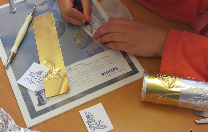 À partir de modèles égyptiens, confectionnez un bracelet selon la technique du repoussé en orfèvrerie qui date de l'Antiquité. A partir de 7 ans. Dans le cadre du festival sciences infuses.