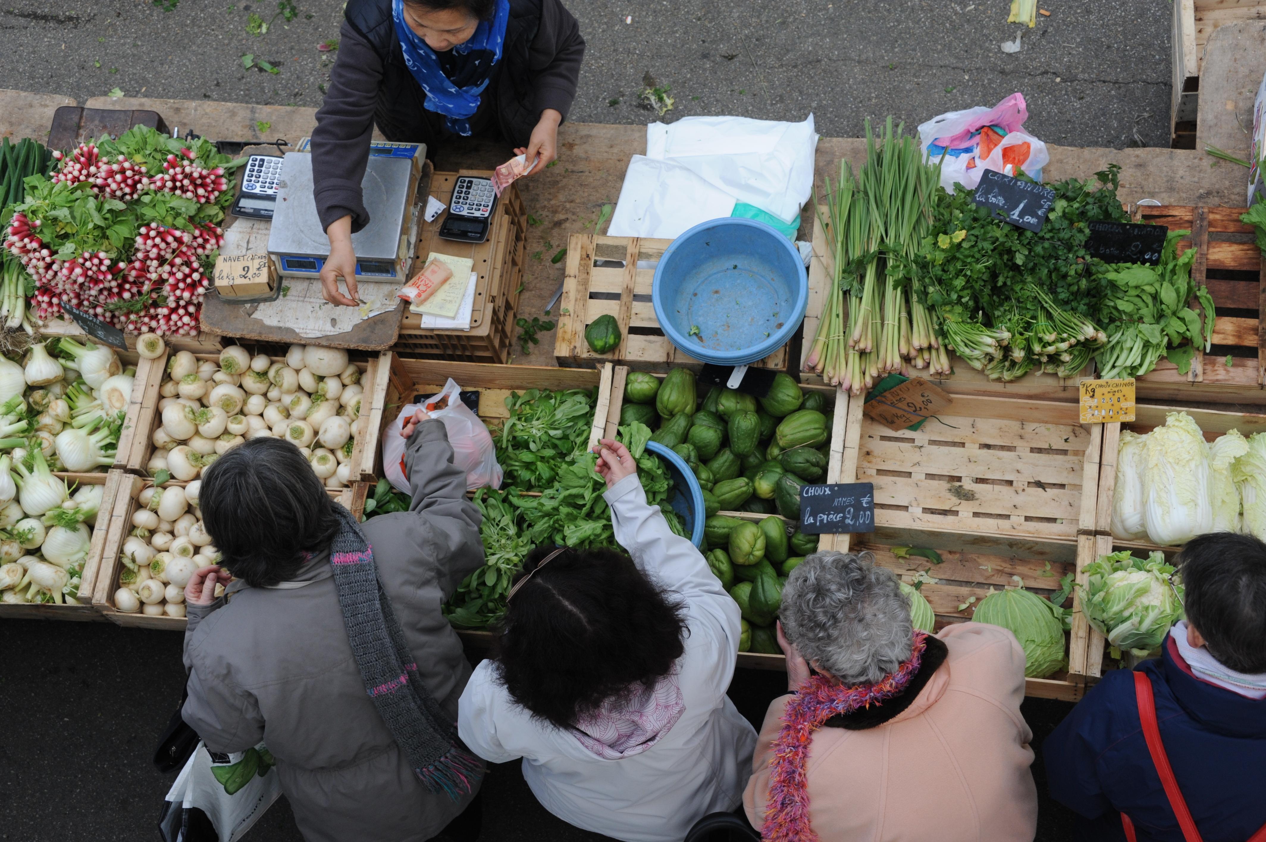 Dans le centre-ville d'Arles, deux marchés ponctuent la semaine, les mercredis et samedis matins.