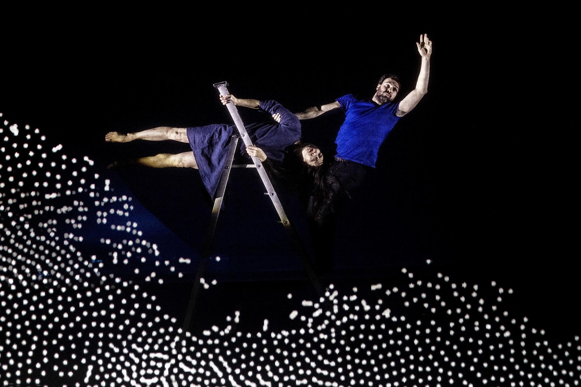 Dans une maison de pixels, un couple se confronte à la montée des eaux. Leur fragile habitat se fait engloutir par une mer d'encre...