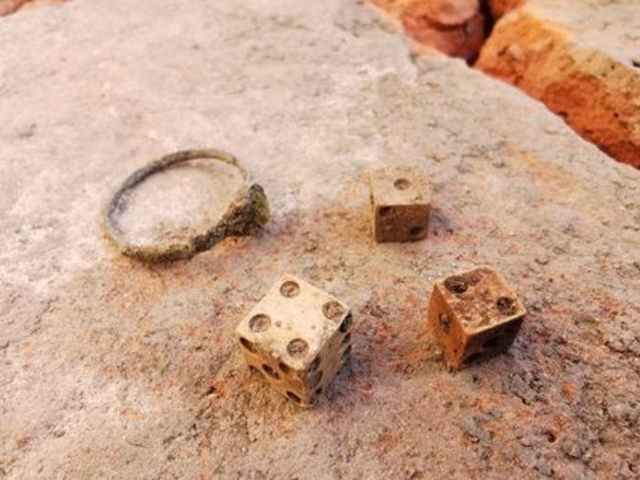 Échange avec les archéologues qui ont réalisé les dernières fouilles commanditées par la Ville d'Albi sur la place en 2020.