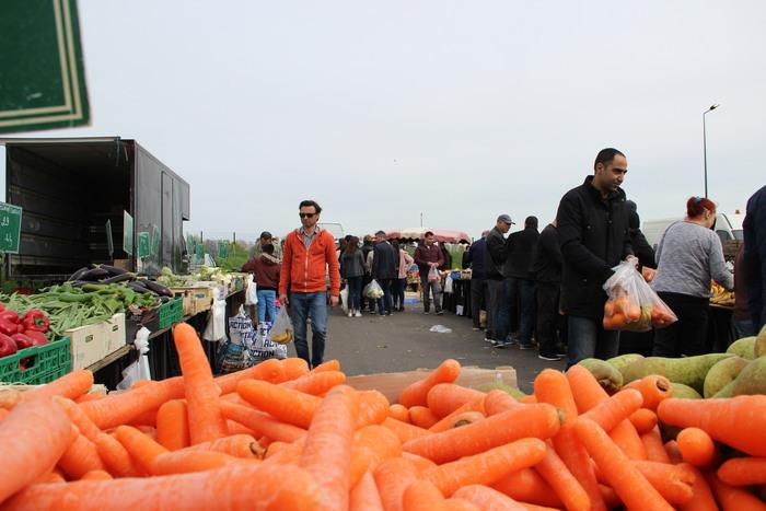 Un marché alimentaire très fréquenté et reconnu pour ses fruits et légumes bon marché.