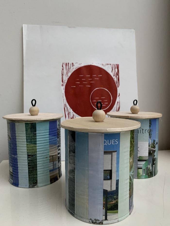 Réalisez de jolies boîtes, avec des conserves, des magazines, un couvercle et des perles en bois pour y ranger vos accessoires.