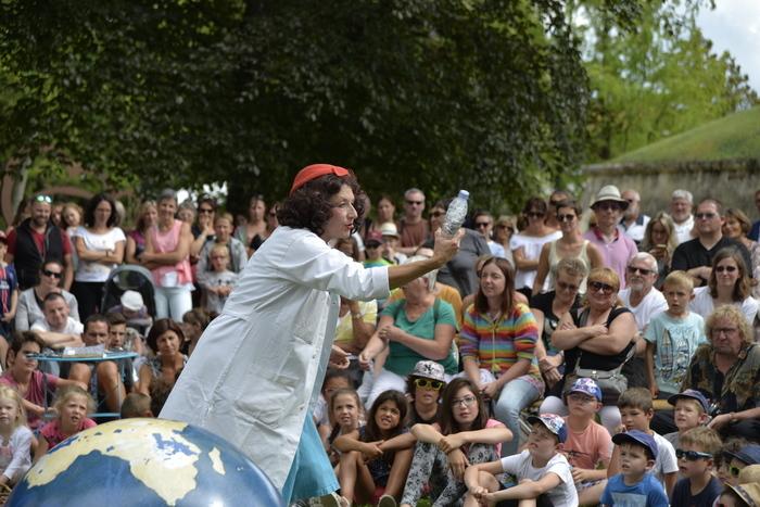 La célèbre Mathilde Eaudesource éminente spécialiste est attendue pour sa conférence spectacle sur le thème de l'eau avec ses invités d'honneur. Tout va t il se dérouler comme prévu ?