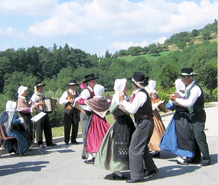Journées du patrimoine 2018 - Animation folklorique avec le groupe Sarreloups, ses danseurs, ses musiciens tous en costumes traditionnels du Dauphiné.