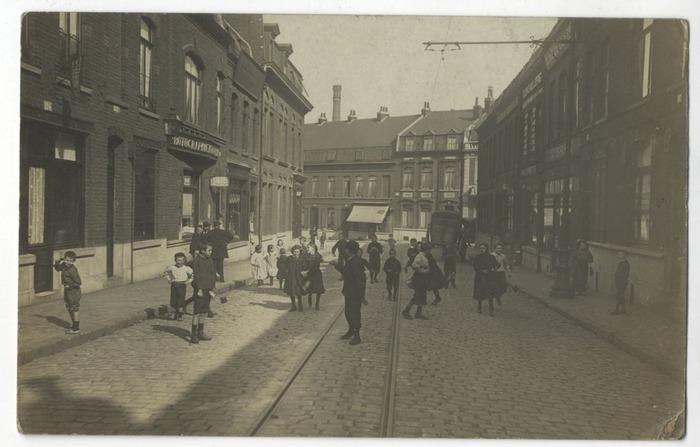 Crédits image : Etre enfant à Roubaix il y a 100 ans © Collections de cartes postales de la Médiathèque de Roubaix