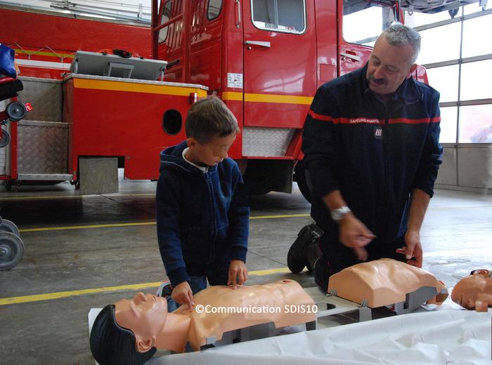 Crédits image : Initiation au secourisme - Photographie : Communication SDIS10