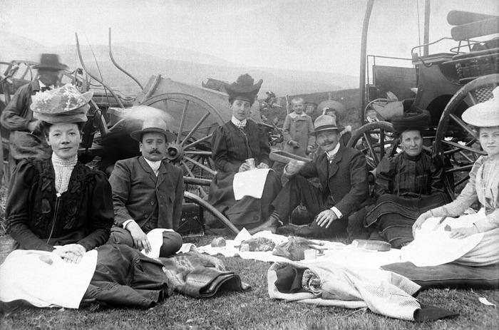 Crédits image : Repas sur l'herbe à Vassivière, vers 1900, photographie anonyme/Collection Photothèque63/AD63 (Cote : 612 Fi 388)