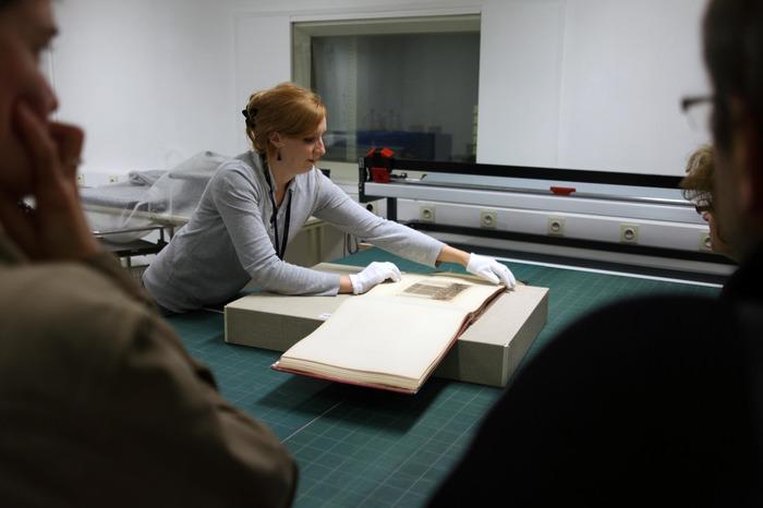 Crédits image : Présentation d'un document d'archives (cliché : Archives départementales de Seine-et-Marne)