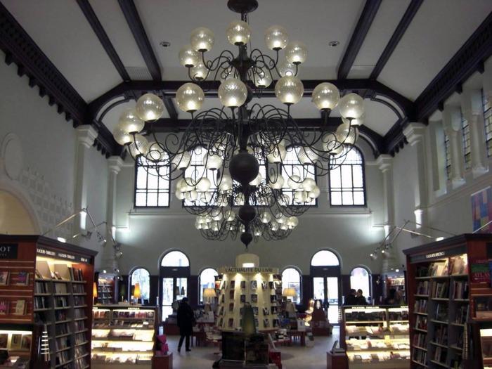 Crédits image : Intérieur du buffet de la gare de Metz aujourd'hui transformé en librairie - (c) Wikimedia Commons - Archimatth