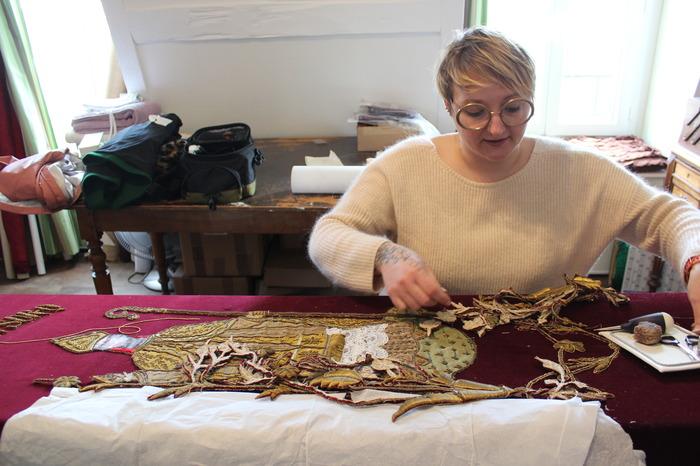 Journées du patrimoine 2018 - Démonstration de broderie en écho à l'exposition Esprit Créateurs, le dressing des évêques revisité.
