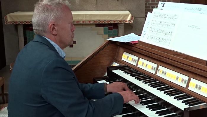 Crédits image : Philippe Mathieu à l'orgue de Notre-Dame-des-Trévois - Photographie : Arnaud de Charrin