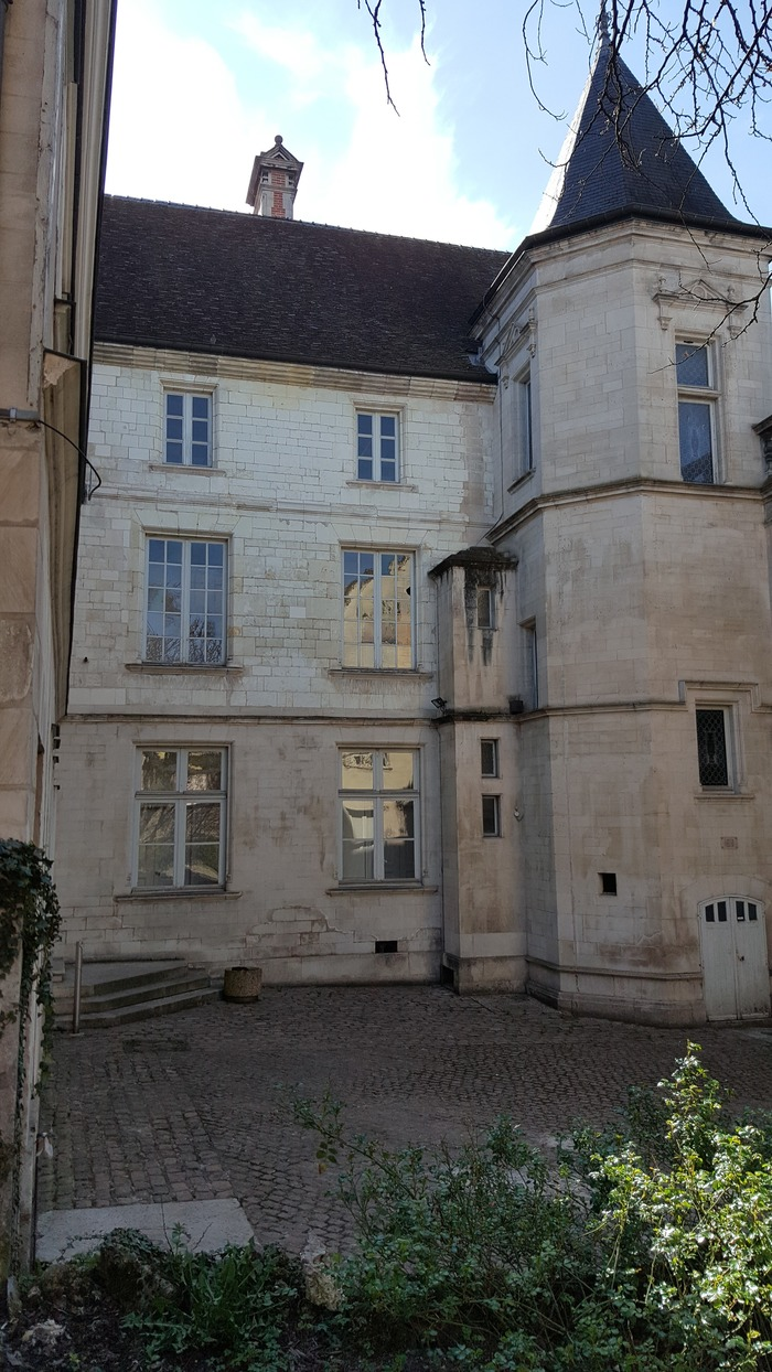 Crédits image : Cour intérieure côté rue des Quinze-Vingts - Photographie : propriété Agence territoriale