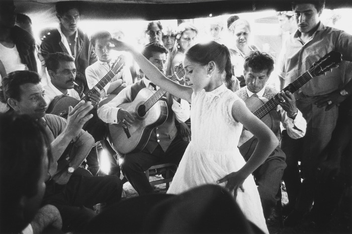 Crédits image : Petite danseuse gitane avec Manitas de Plata, 1960 © Sabine Weiss, Collection du CRP