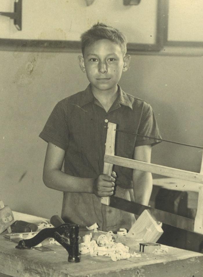 Crédits image : S.n., Portrait de Michel Baptiste en train de travailler aux ateliers bois et fers de l'école de garçons Jules-Ferry, [début des années 1950] - AMBC /don de Michel BAPTISTE