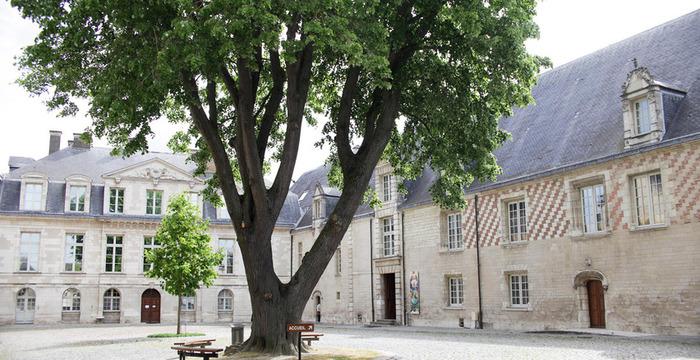 Crédits image : Cour du musée d'Art moderne - Photographie : Carole Bell, Ville de Troyes