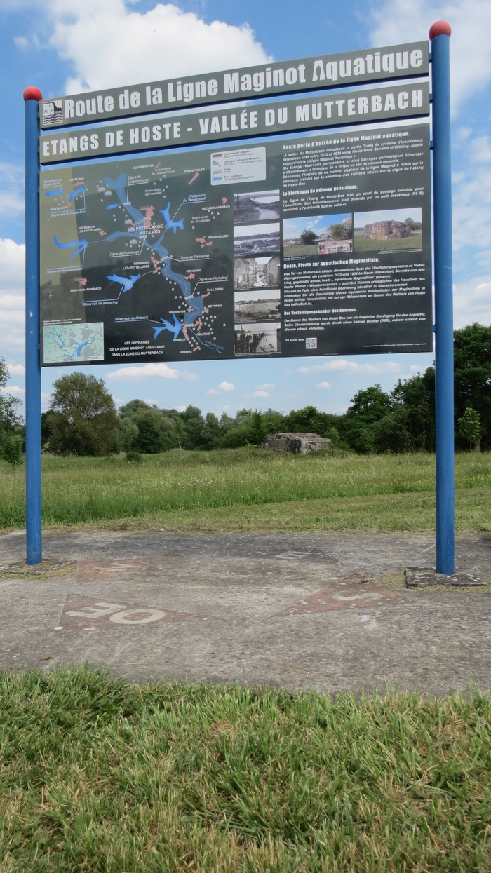 Crédits image : Panneau de situation du site de Hoste sur le circuit Route de la Ligne Maginot Aquatique dans la vallée du Mutterbach-cliché KEUER Philippe