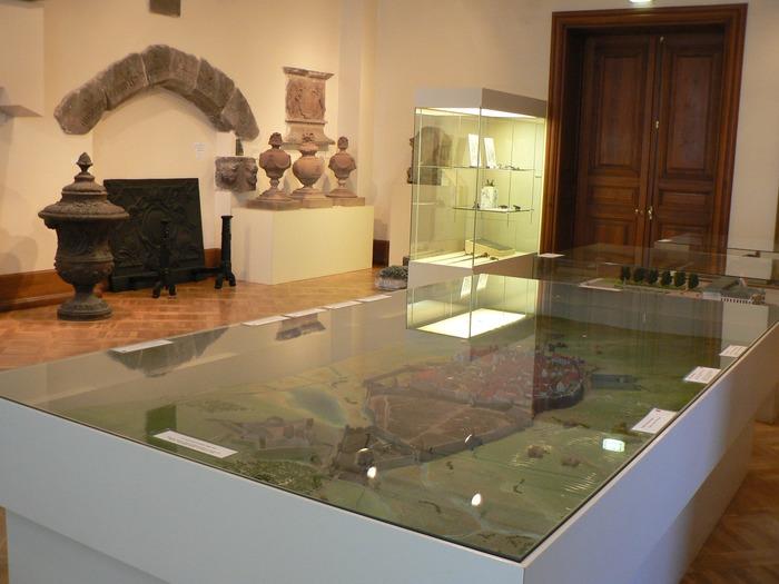 Crédits image : Salle des maquettes des différentes époques du château (photo musée)