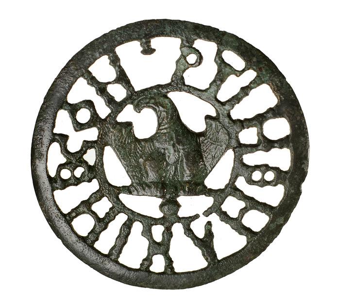 Crédits image : Strasbourg-Koenigshoffen : disque ajouré en bronze, orné d'un aigle ; fin du IIe siècle après J.-C., Musée archéologique de Strasbourg, photo Mathieu Bertola