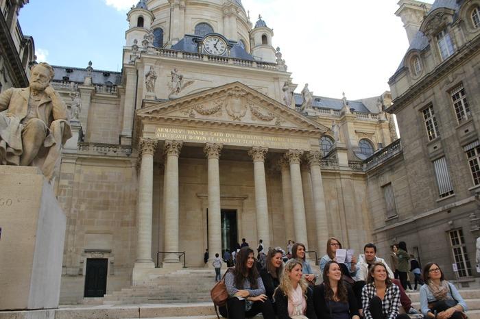 Crédits image : Des étudiants dans la Cour d'Honneur de la Sorbonne © Chancellerie des universités de Paris