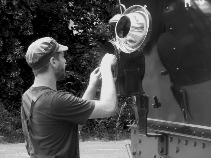 Crédits image : Le jeune mécanicien allume les lanternes de sa locomotive pour le voyage retour (Photo Patrick Perrot Atelier de Pat)