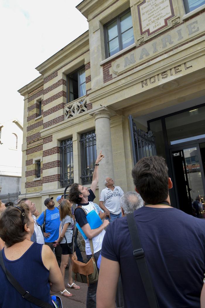 Crédits image : Crédits photo : Visite guidée de la cité Menier : les anciennes écoles et le monument Émile Menier © Mairie de Noisiel, 2014