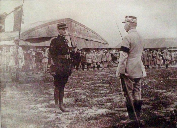 Crédits image : Geoges Guynemer reçoit la légion d'honneur du général Franchet d'Espérey à Crugny , en 1917. Image du domaine public.
