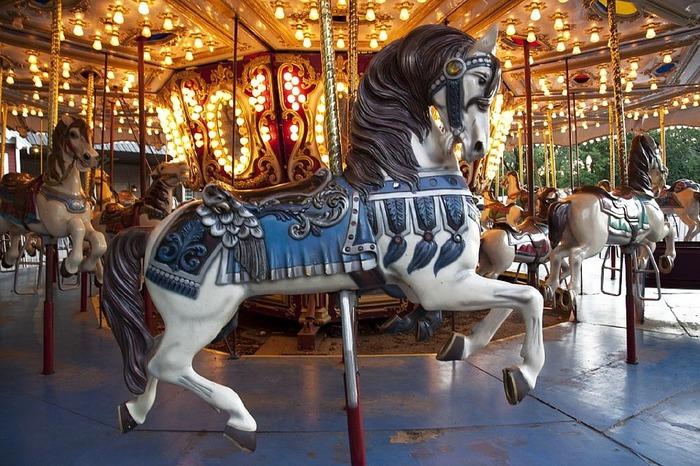 Le manège de chevaux de bois s'installe sur l'Esplanade de l'Hôtel de Ville