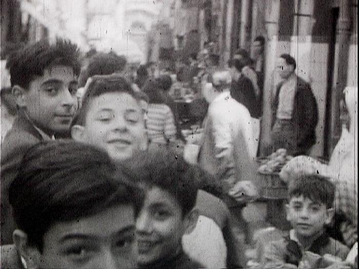 Crédits image : Enfants d'Alger. Photogramme issu du film « Vie à bord - Escale en Algérie », réalisation : Charles de Maistre, 9,5mm, 1953 ©MAHN/POLE IMAGE HAUTE-NORMANDIE