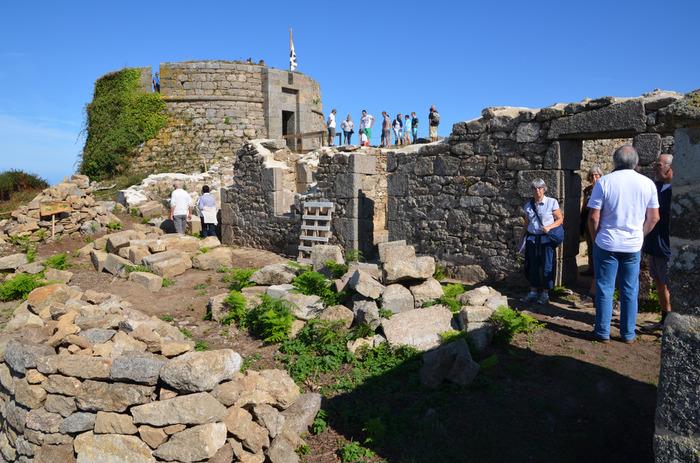 Journées du patrimoine 2018 - Les portes du fort Cézon sont ouvertes. Tour d'artillerie, casernes, magasins à poudre, bunkers nous livrent leurs secrets à marée basse.