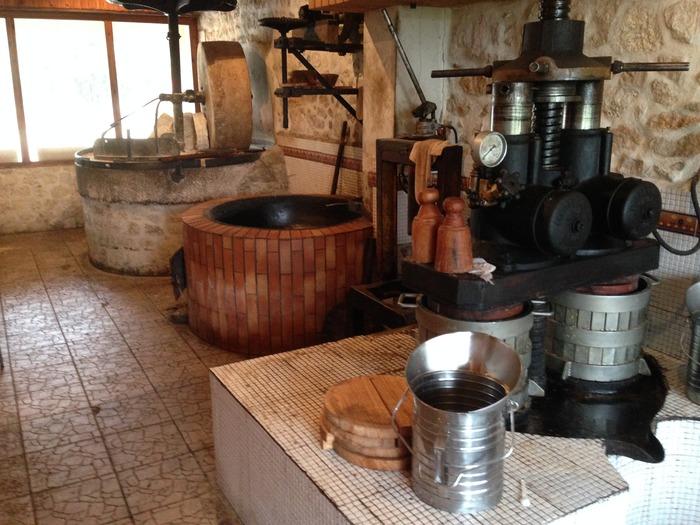 Journées du patrimoine 2018 - Moulin traditionnel en production d'huiles et de farines à Vouthon