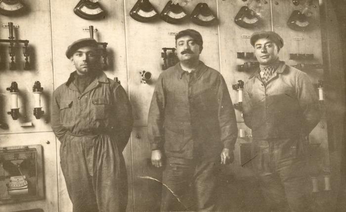 Crédits image : Poste électrique de la Tuilerie Perrusson - portraits de trois ouvriers, carte postale, reproduction Daniel Busseuil, Ecomusée