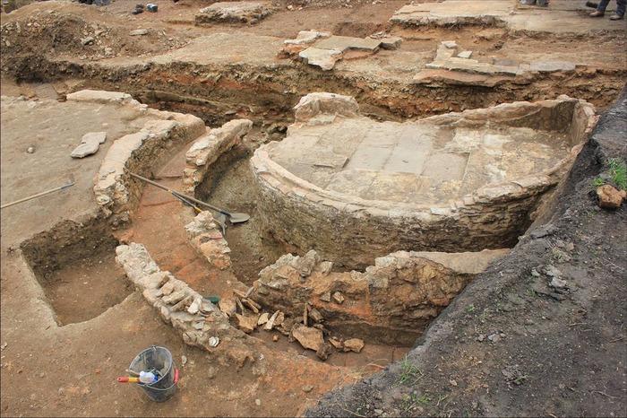 Crédits image : La fontaine découverte à l'emplacement de la future chaufferie du réseau de chaleur des Deux-rives © Cl. Vesunna