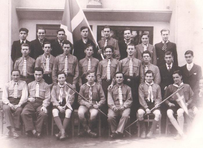 Crédits image : S.n, Jeunes gens de la Cité des Jeunes posant devant la salle paroissiale de Bois-Colombes, [fin des années 1930] - AMBC/Don de Mme Jeanine ALT)