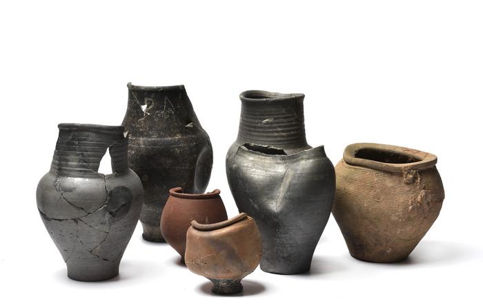 Crédits image : Strasbourg-Koenigshoffen : céramiques produites dans les ateliers de potiers de Koenigshoffen, Musée archéologique de Strasbourg, photo Mathieu Bertola