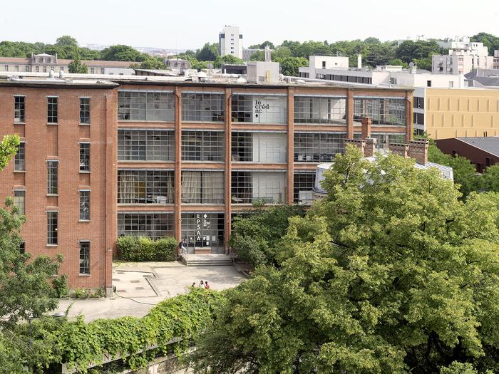 Crédits image : Vue du bâtiment américain de la Manufacture des Oeillets à Ivry-sur-Seine. © André Morin / le Crédac.