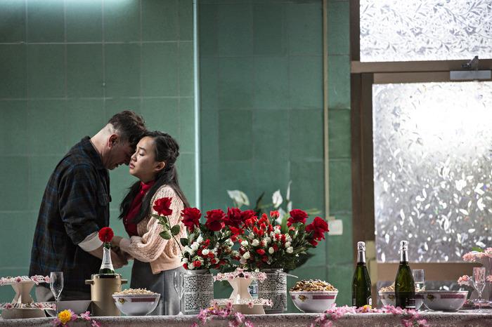 Dans une ambiance hypnotique à la Wong Kar-wai, Caroline Guiela Nguyen déroule une fresque sentimentale sur la guerre d'Indochine