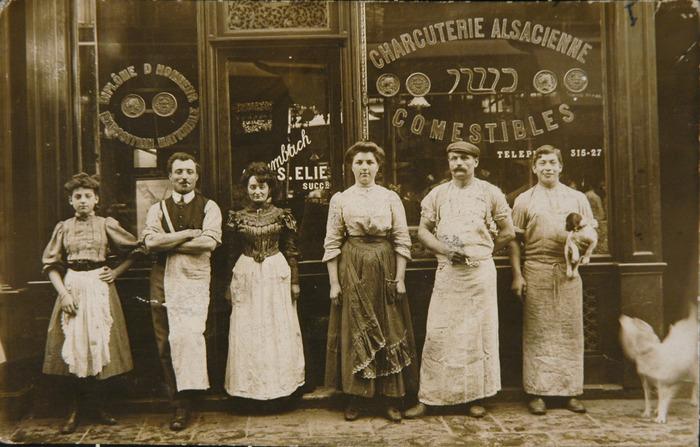 Crédits image : François Untz posant avec les employés de la charcuterie alsacienne S. Elie, rue des rosiers à Paris 4ème arrondissement. France, années 1910. Crédit : Mémorial de la Shoah