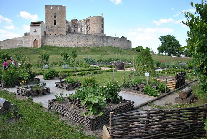 Transport yourselves in a medieval garden for Au jardin wedding