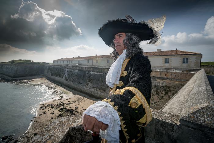 Crédits image : /media/poitou/AAAJEP 2017/Photos/17 - Charente-Maritimes/17 - Le château d'Oléron - VAUBAN DEVANT L'ARSENAL DE LA CITADELLE-Crédit Mairie Le Château d'Oléron.jpg