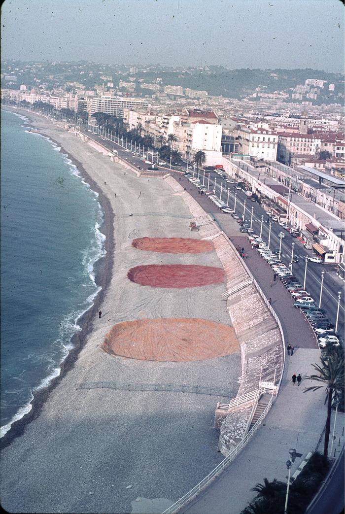 Crédits image : Noël Dolla Restructuration spatiale no 5. La Plage 1980 Promenade des Anglais, Nice Pigments Dimensions variables Action réalisée lors de l'exposition Noël Dolla à la Galerie d'Art Contemporain des Musées de Nice (GAC).  Courtesy de l'artiste, Nice