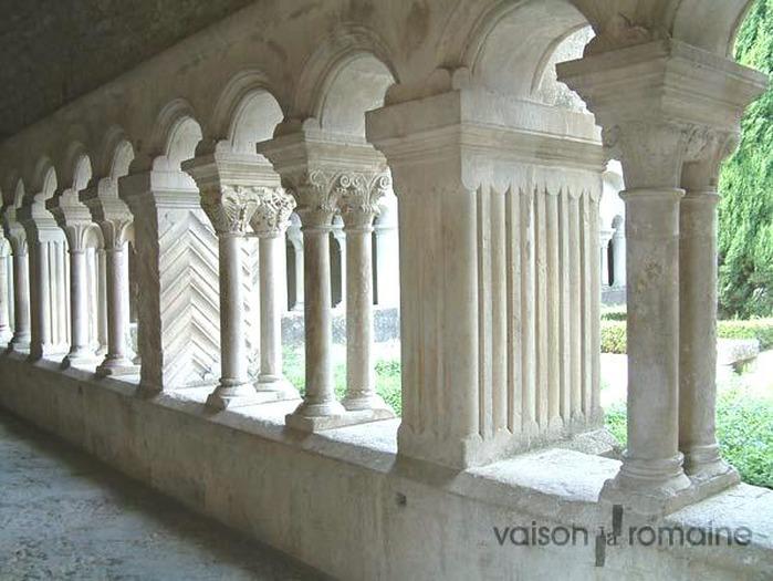 Crédits image : galerie est du cloître réf. : 8-03 - Service Communication Ville de Vaison-la-Romaine